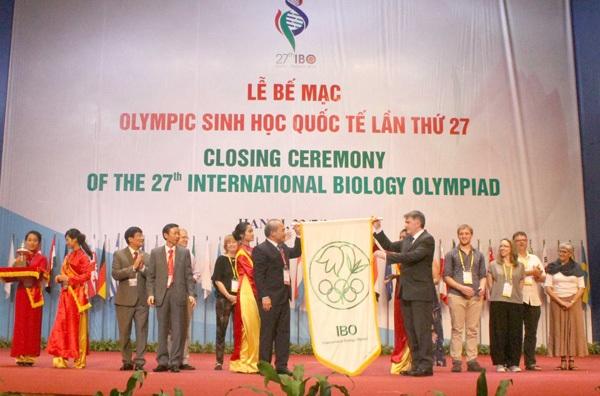 Lá cờ IBO được trao cho đại diện Vương quốc Anh - nước đăng cai IBO 2017.