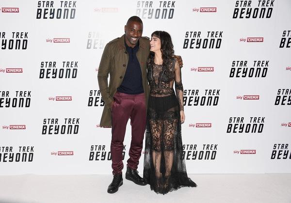 Sofia Boutella bên đồng nghiệp Idris Elba