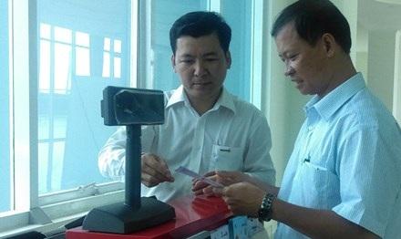 Người dân ở TP.Cần Thơ tìm hiểu loại hình xổ số điện toán sắp bày bán vào đầu tháng 9 tại đây. Ảnh Việt Văn.