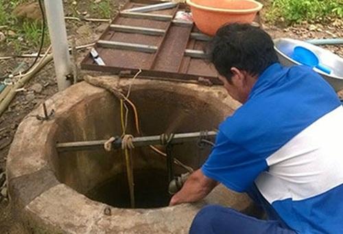 Sửa bơm nước, 2 người chết ngạt dưới giếng - 1