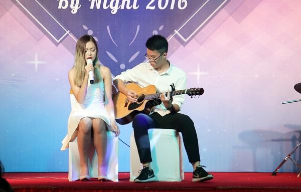 Thủy Tiên tỏa sáng trên sân khấu khi khoe giọng hát khỏe và cao với tiếng đàn guitar mộc trong ca khúc We found love (Rihanna)