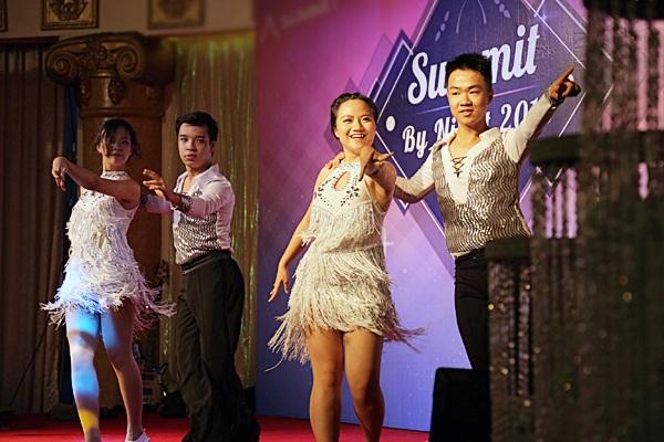 Các thành viên của đội nhảy nóng bỏng trong vũ điệu sôi động