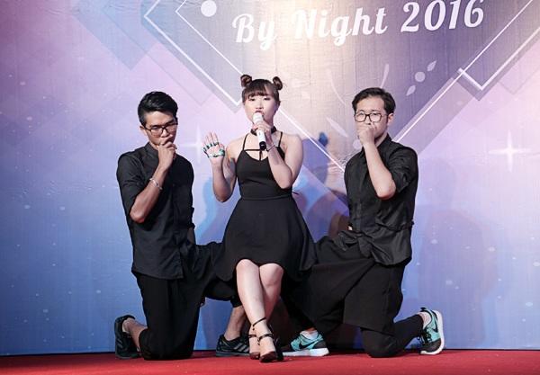 Thành viên nữ của nhóm ANNT Crew vừa hát vừa nhảy theo những giai điệu EDM thời thượng của bài hát Big girl don't cry (Tóc Tiên)