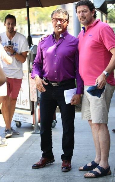 Sylvester Stallone điệu đà với áo tím khi đi chơi phố cùng bạn thân Michael B. Jordan