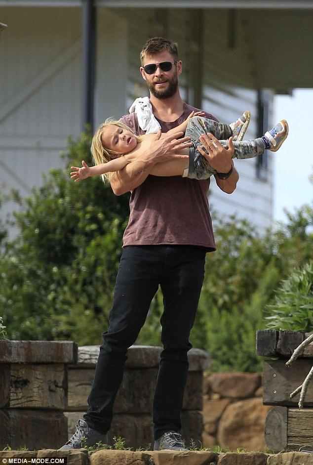 Chris Hemsworth cùng vợ đưa hai con trai sinh đôi đi chơi tại vịnh Byron, Úc ngày 8/7 vừa qua
