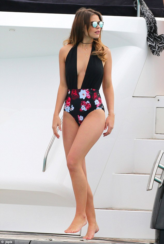 Jessica diện trang phục áo tắm do chính cô thiết kế