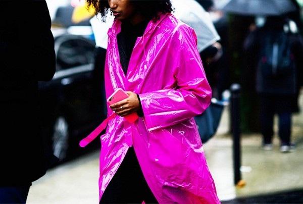 Chiếc áo trend coat dạng vải bạt màu tím rõ ràng chỉ dành cho những cô nàng cá tính