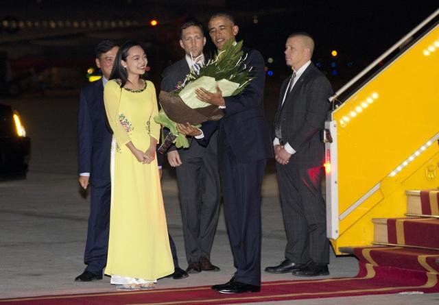 Hình ảnh Mỹ Linh tặng hoa chào mừng Tổng thống Obama (ảnh: AP)