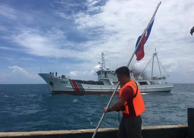 Tàu tuần duyên Trung Quốc ngăn nhóm người Philippines cắm cờ tại bãi cạn Scarborough. (Ảnh:AFP)