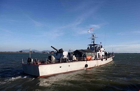 Nhiều lực lượng với hàng trăm tàu được huy động tìm kiếm phi công máy bay Su-30MK2 gặp nạn trên biển.