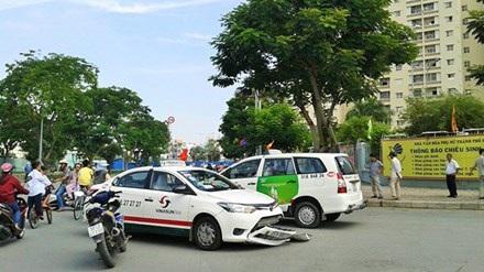 Tài xế taxi đối diện với công việc càng nhiều áp lực. Một vụ tai nạn taxi sáng 1/9 tại quận 7, TPHCM. Ảnh: T.N.A