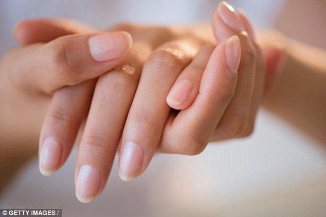 Bệnh nhân thường không nhận thấy là bác sĩ đang để ý đến bàn tay của mình