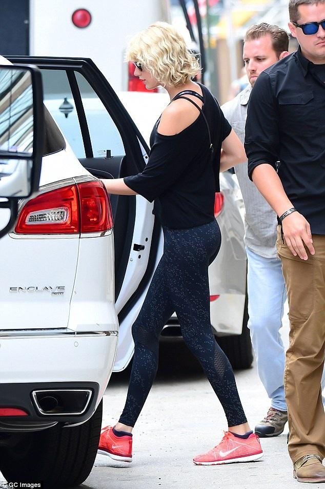Dù bị bắt gặp hôn má thiếu gia dầu mỏ Mike Hess trong tiệc sinh nhật của anh mới đây nhưng Taylor Swift vẫn nhận được sự tin tưởng tuyệt đối của bạn trai hiện tại, Tom Hiddleston.