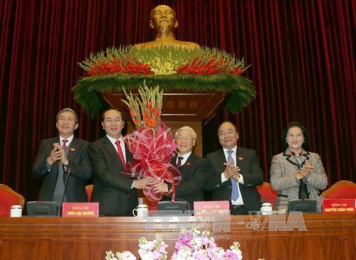 Các đại biểu Hội nghị lần thứ nhất Ban Chấp hành Trung ương Đảng khoá XII chúc mừng ông Nguyễn Phú Trọng được tín nhiệm bầu làm Tổng Bí thư Ban Chấp hành Trung ương Đảng Cộng sản Việt Nam khoá XII. Ảnh - TTXVN