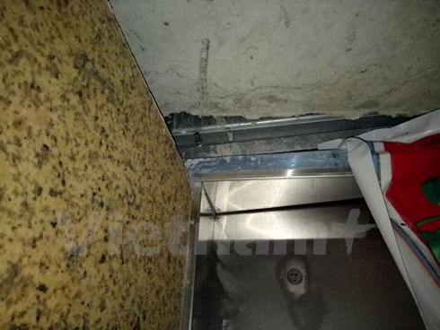 Một phần khung cửa thang máy sứt vỡ do sự cố