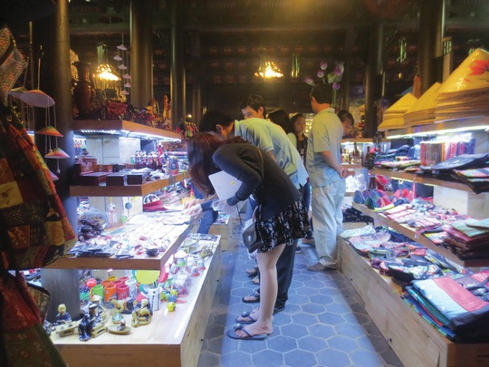 Nét đặc biệt của khu phố đêm Nguyễn Đình Chiểu là các gian hàng thủ công mỹ nghệ bày bán trong các nhà rường cổ xưa Ảnh: QUANG NHẬT