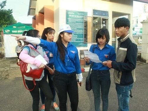 Sinh viên tình nguyện hướng dẫn thí sinh đến phòng thi