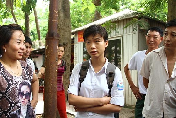 Thí sinh đầu tiên hoàn thành bài thi môn Toán tại điểm thi trường ĐH Thuỷ lợi (Hà Nội) là một nữ sinh trường THPT Nguyễn Du (huyện Thanh Oai, Hà Nội). (Ảnh: Mai Châm)
