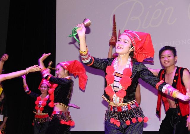 Thiếu nữ duyên dáng trong điệu múa truyền thống miền biên cương.