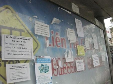 Những thông báo tuyển dụng được dán nhiều ở trạm chờ xe buýt, ô thông tin công cộng.