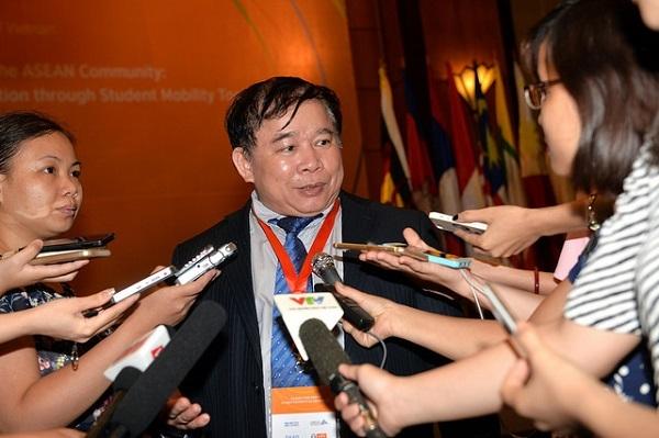 Thứ trưởng Bùi Văn Ga trả lời báo chí bên lề diễn đàn thoại chính sách lần thứ ba trong chuỗi đối thoại chính sách thuộc dự án SHARE ngày 8/6.