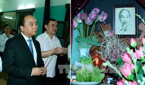 Thủ tướng Nguyễn Xuân Phúc đến dâng hương tưởng niệm Chủ tịch Hồ Chí Minh tại Nhà 67 thuộc khu Di tích Chủ tịch Hồ Chí Minh ở Phủ Chủ tịch. Ảnh: Thống Nhất/TTXVN