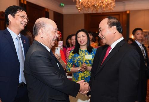 Thủ tướng Nguyễn Xuân Phúc trò chuyện với bác Cường, một người Việt gốc Hoa có nhiều đóng góp cho cộng đồng người Việt Nam tại Macau. (Ảnh: Quang Hiếu)