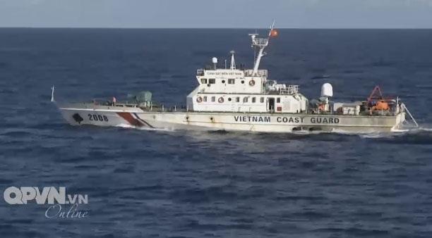 Tàu Cảnh sát biển tham gia tìm kiếm máy bay CASA và 9 quân nhân trên biển. (Ảnh cắt từ clip)