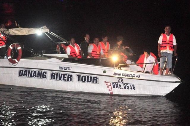 Lực lượng chức năng tìm kiếm các nạn nhân được cho là mất tích trong đêm (ảnh: Khánh Hồng).