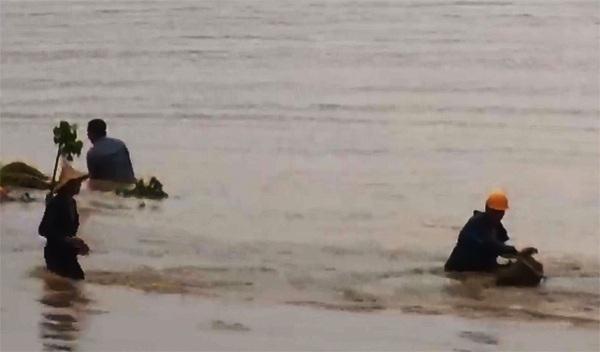 Lực lượng tìm kiếm cứu hộ huyện Văn Bàn tìm kiếm người bị lũ quét cuốn trôi trên dòng suối Chăn. (Ảnh: Báo Lào Cai).