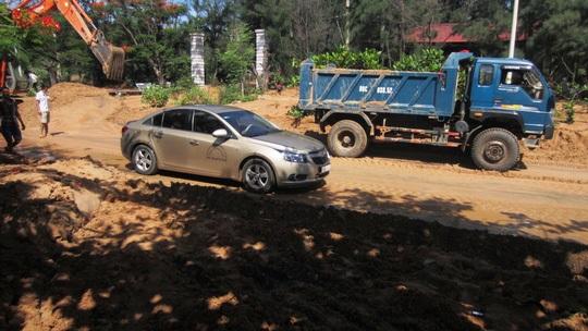 Một lượng lớn bùn cát đổ ra đường, gây ách tắc giao thông (Ảnh: Người lao động)