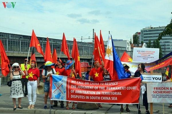 Người Việt tại Đức biểu tình đòi Trung Quốc tôn trọng phán quyết PCA - 1