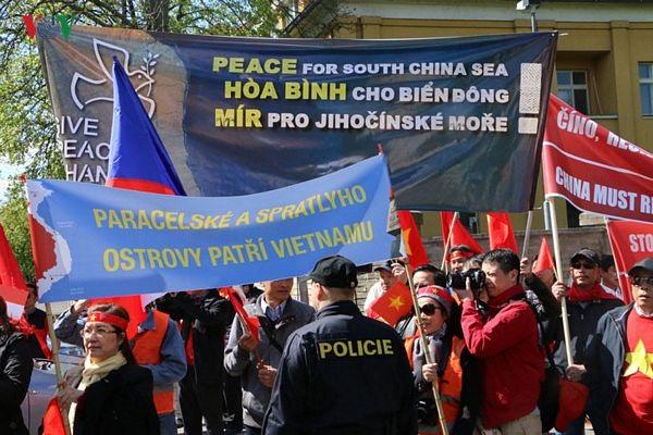 Hình ảnh người Việt ở Séc biểu tình phản đối Trung Quốc - 10