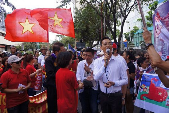 """Chủ tịch của ASVP - anh Nguyễn Quốc Giang đã phát biểu khai mạc buổi biểu tình khẳng định: """"Sinh viên Việt Nam và sinh viên quốc tế có mặt tại đây hôm nay để truyền đi một thông điệp đoàn kết: Chúng tôi luôn tôn trọng tình hữu nghị với nhân dân Trung Quốc nhưng chúng tôi kịch liệt phản đối các hành vi hiếu chiến và vi phạm luật pháp quốc tế và quân sự hoá của Trung Quốc ở Biển Đông. Những hành động gây hấn mà Trung Quốc thực hiện với Việt Nam và Philippines thì Trung Quốc cũng sẽ thực hiện với các nước khác. Vì vậy, chúng ta cần đoàn kết""""."""