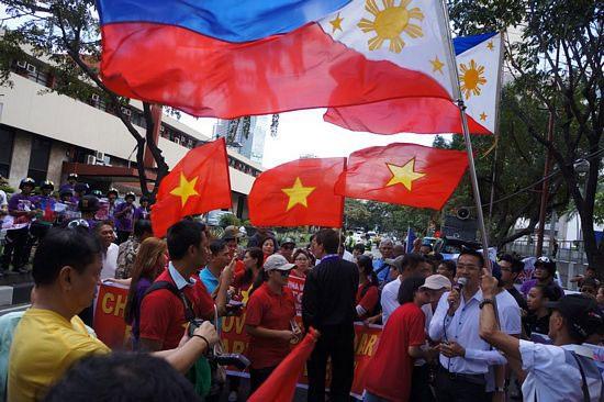 Tham gia biểu tình lần này còn có một số tổ chức Thiên chúa giáo Christian Men's Ministries. Nhóm này đã đồng thời tổ chức cầu nguyện cho hoà bình ở Biển Đông tại hiện trường của buổi biểu tình.