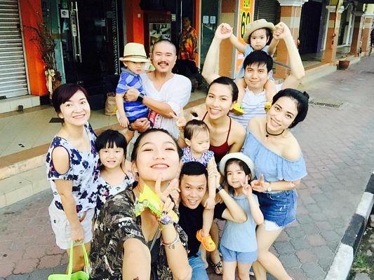 Khí thế lên đường của nhóm (Ảnh chụp trước cửa khách sạn ở Kuala Terengganu).
