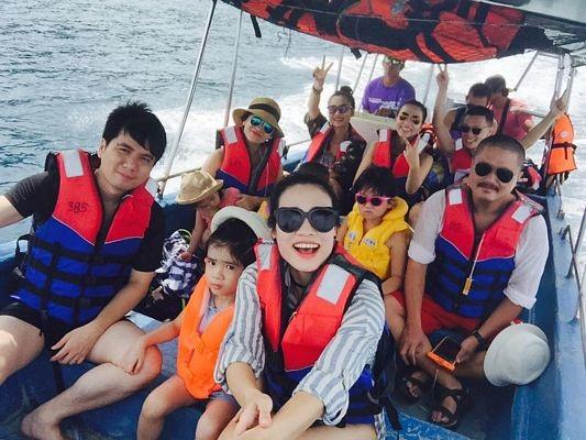 Cả đoàn lên tàu đi sang các đảo khác để ngắm san hô.