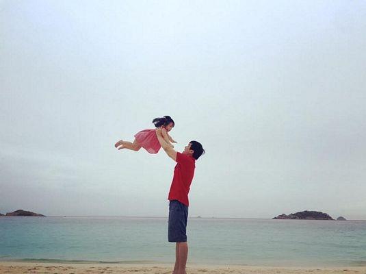 Cha và con và biển xanh, cát trắng