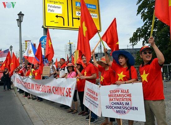 Người Việt tại Đức biểu tình đòi Trung Quốc tôn trọng phán quyết PCA - 2