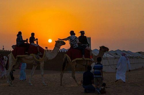 Khi chiều buông, du khách có thể cưỡi lạc đà trên sa mạc Safari...