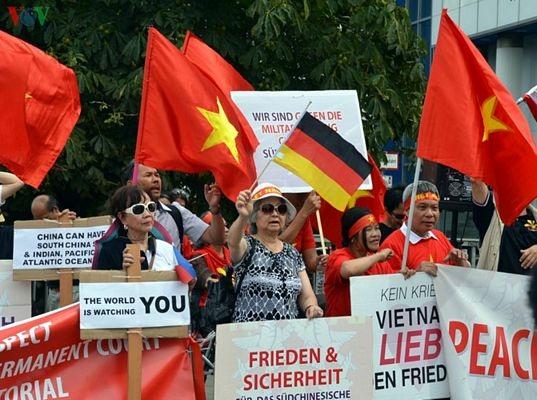 Người Việt tại Đức biểu tình đòi Trung Quốc tôn trọng phán quyết PCA - 3