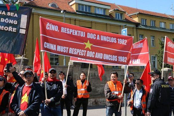 Hình ảnh người Việt ở Séc biểu tình phản đối Trung Quốc - 4