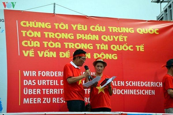 Người Việt tại Đức biểu tình đòi Trung Quốc tôn trọng phán quyết PCA - 4