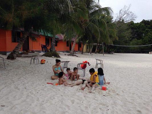 Lũ trẻ thỏa sức chơi đùa trên bãi cát trắng mịn