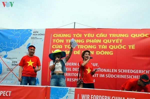 Người Việt tại Đức biểu tình đòi Trung Quốc tôn trọng phán quyết PCA - 5