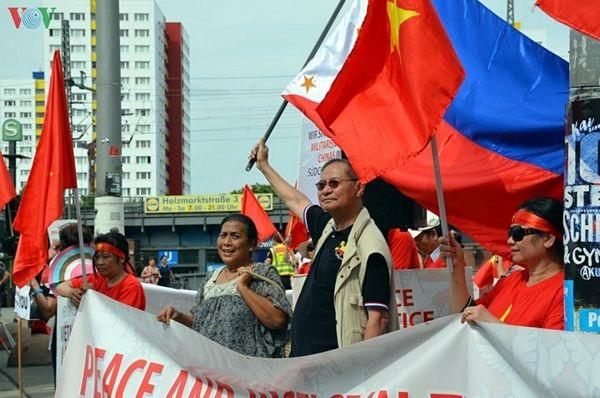 Người Việt tại Đức biểu tình đòi Trung Quốc tôn trọng phán quyết PCA - 6