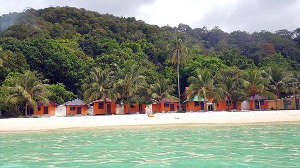 Sau 45 phút đi tàu ra đảo, hòn đảo be bé xinh xin hiện ra trước mắt đẹp tựa thiên đường. Chỉ phải trả 1 cái giá rất rẻ để ở trong những ngôi nhà gỗ xinh xắn hòa mình với thiên nhiên này.