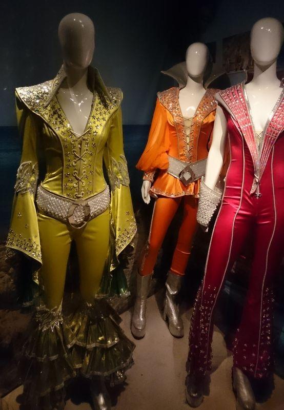 Những bộ trang phục diễn bắt mắt, được thiết kế công phu từng được các thành viên ban nhạc sử dụng.