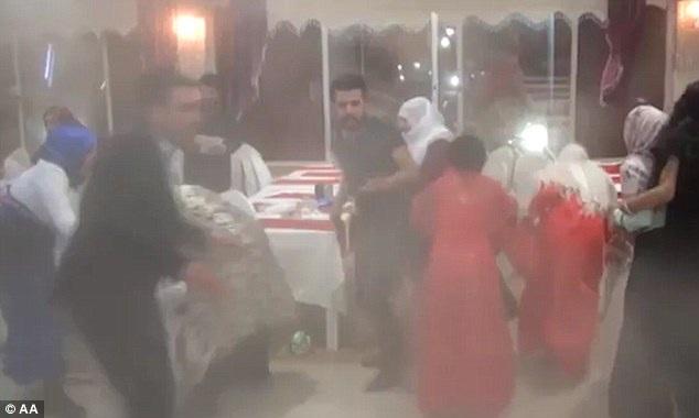 Khung cảnh hỗn loạn tại hội trường đám cưới gần đồn cảnh sát bị đánh bom xe. (Ảnh: Dailymail)