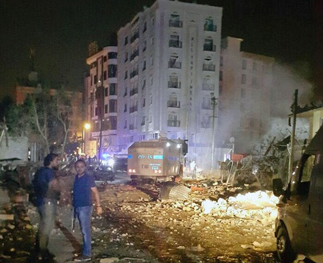 Hiện trường vụ đánh bom xe ở Van. (Ảnh: Dailymail)